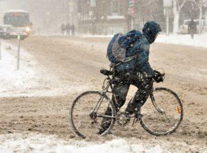 Велосипедист (не обязательно велокурьер) на дороге