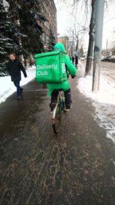 Велокурьер на тротуаре -  целевая аудитория велосипедизации Москвы