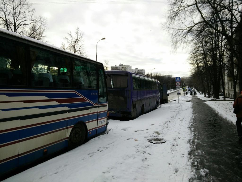 Классическая ситуация-подвох на дороге - знаки закрыты припаркованным автобусами.